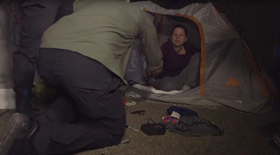 Frau im Zelt