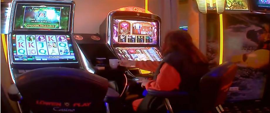 2 Spielautomaten in einer normalen deutschen Spielhalle