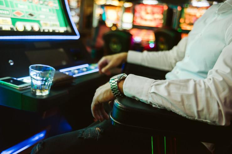 Niederländische Glücksspielbehörde analysiert den Durchschnittspielsüchtigen