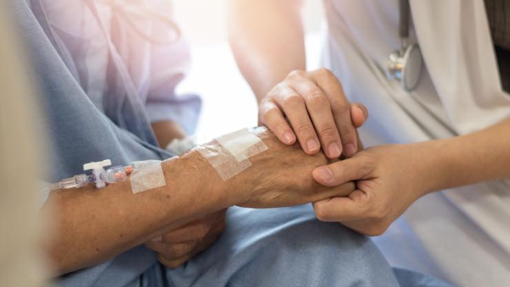 Schottische Pflegekraft spielt mit Geld einer Patientin